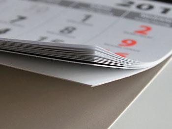 Kalendaria są wzmacniane sztywnym kartonem, co zapewnia im wyjątkową trwałość.