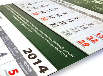 Plecy kalendarza trójdzielnego są bigowane, co gwarantuje łatwe składanie.