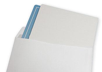 Do każdego kalendarza trójdzielnego dostarczamy kopertę, która zabezpiecza produkt.